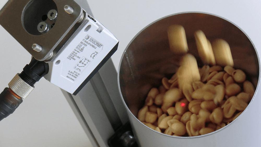 Contrôle de niveau des cacahuètes avec des capteurs de niveau - SensoPart